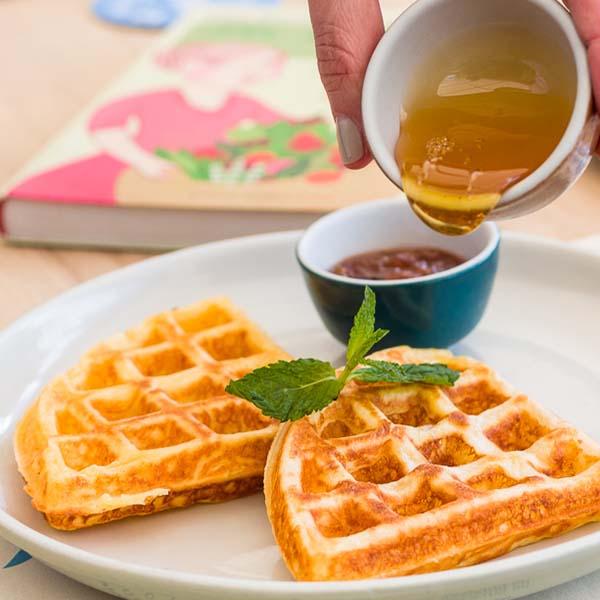 wafles con miel de maple